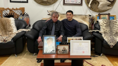 Photo of Фото президента академии туризма со шкурами снежных барсов возмутили казахстанцев