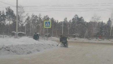 Photo of Инвалидам-колясочникам пришлось самостоятельно чистить дороги от снега