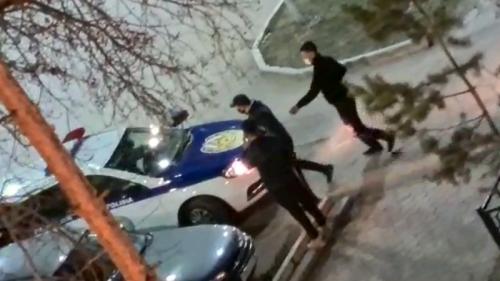 Photo of Инцидент с участием полицейских засняли во дворе дома в Кокшетау