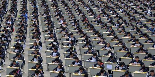 Photo of Китайским школьникам начали вшивать в форму отслеживающие чипы